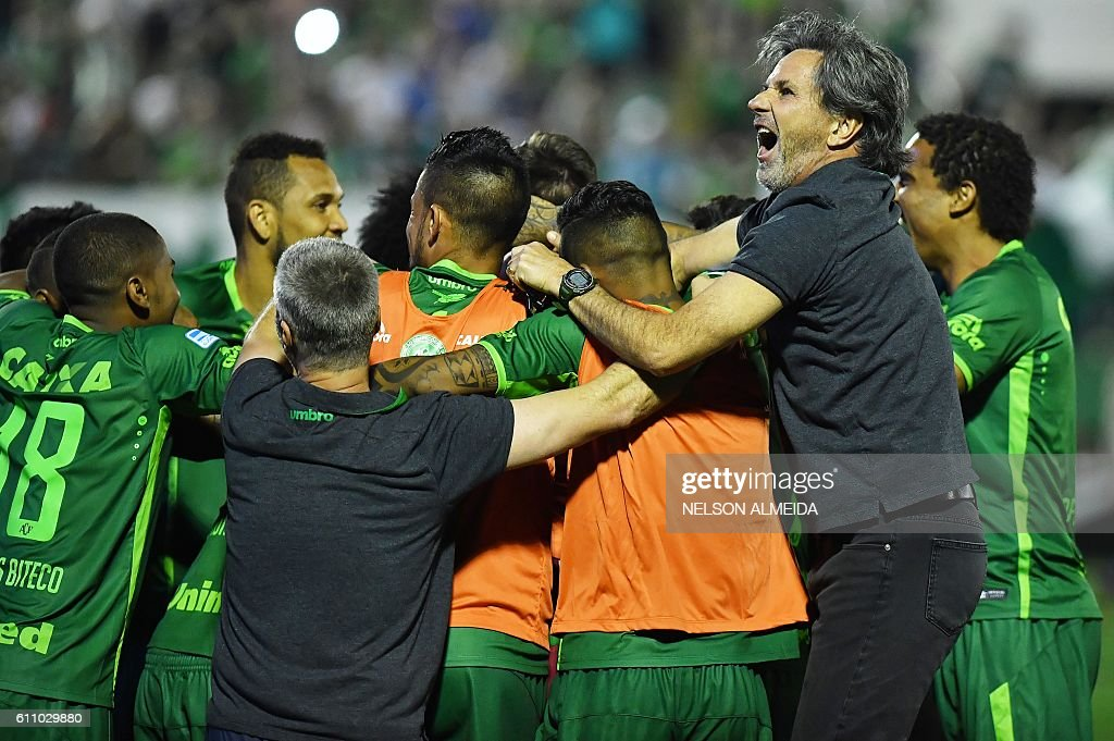 The coach of Brazil's Chapecoense Caio Junior (R) celebrate with the players after defeating Argentina's Independiente in a penalty shoot-out during their Sudamericana Cup match at the Arena Conda stadium, in Chapeco, Brazil, on September 28, 2016. / AFP / NELSON