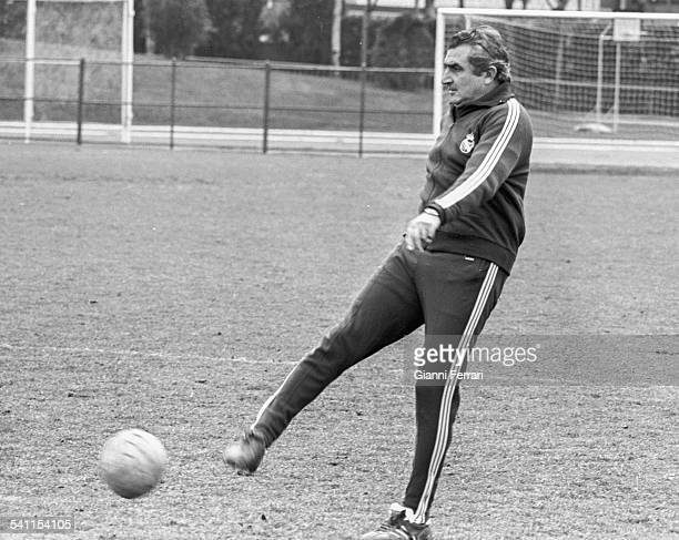 The coach of Real Madrid Miguel Munoz during a training Madrid Spain