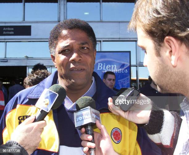 The coach of the Colombian soccer team Francisco Maturana speaks to the press when he arrives at the Montevideo airport 06 October 2001 El director...