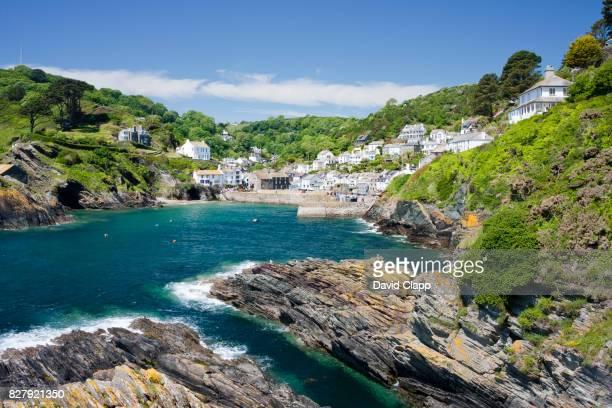 the coastal village of polperro in cornwall, england - イングランド コーンウォール ストックフォトと画像