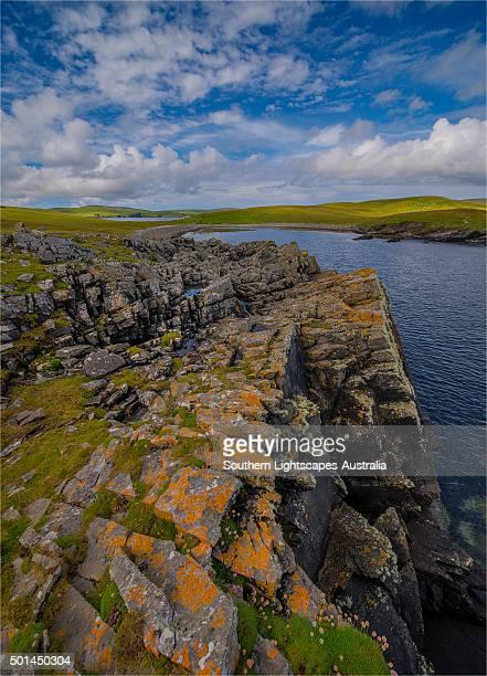 the coastline on mousa, one of the smaller islands in the shetlands group, scotland, united kingdom. - isole shetland foto e immagini stock