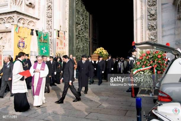 The coffin of Italian poetess Alda Merini is carried out after the funeral at the Milan Cathedral on November 4 2009 in Milan Italy Poetess Alda...