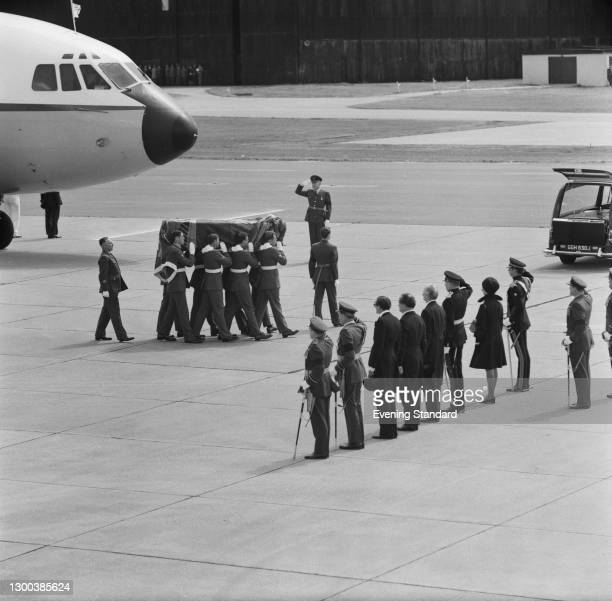 The coffin of the late Duke of Windsor arrives at RAF Benson in Oxfordshire and is carried to the hearse by soldiers of a Scots regiment, UK, 31st...