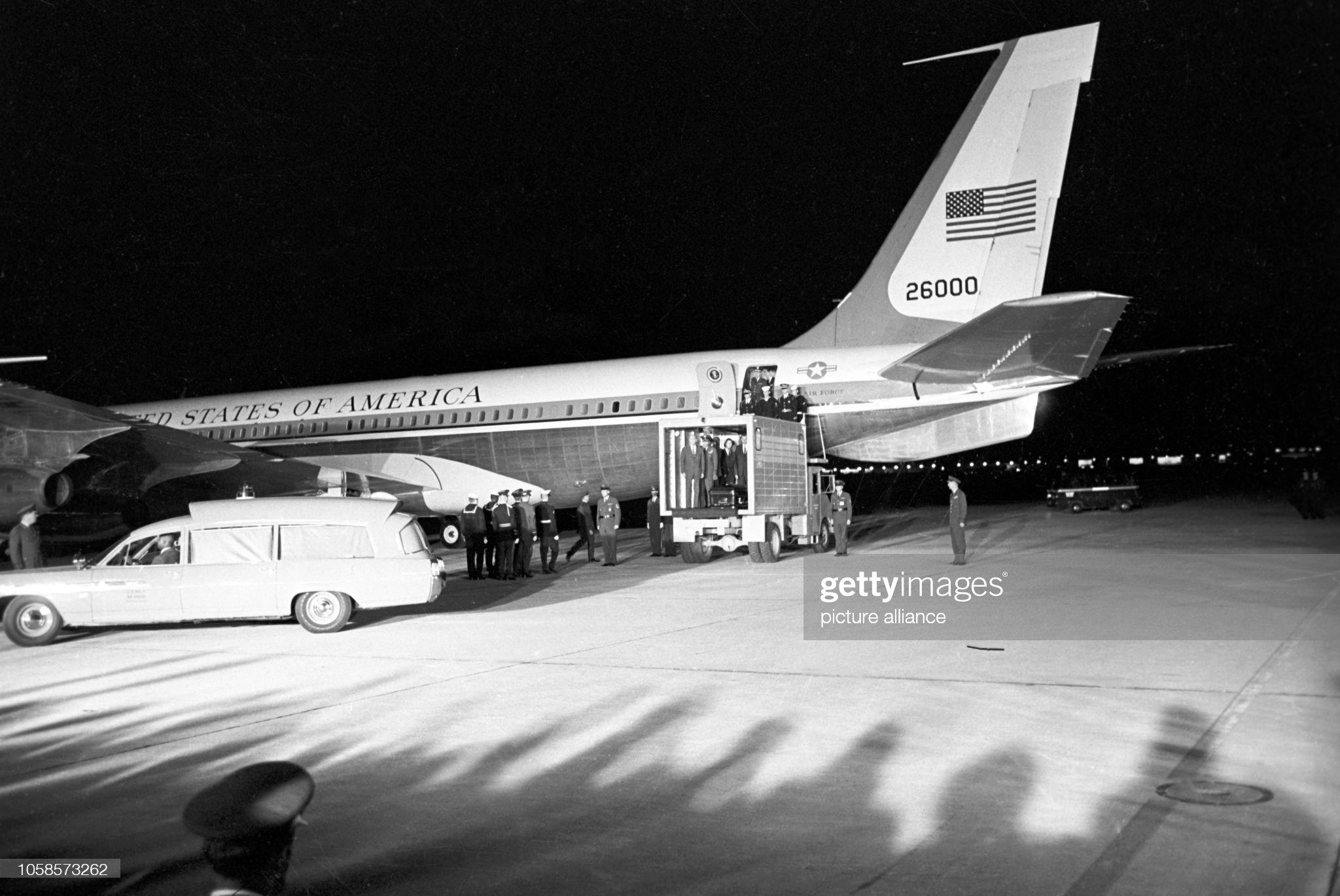 Гроб с покойным президентом прибывает самолетом Air Force One на авиабазу Эндрюс. Штат Мэриленд. 22 ноября 1963 г.