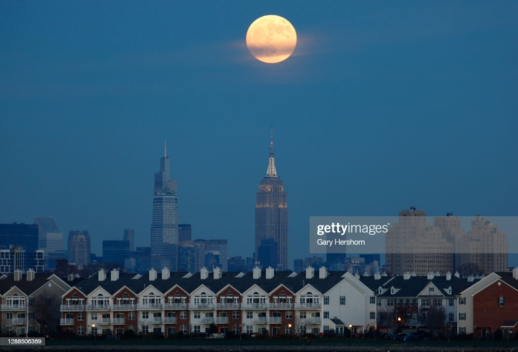 Moonrise in New York City : News Photo