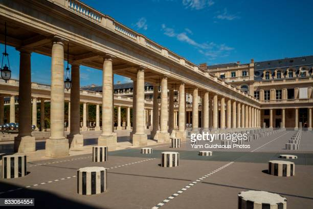 the colonnes de buren, inner courtyard, palais royal, paris, france - daniel buren foto e immagini stock