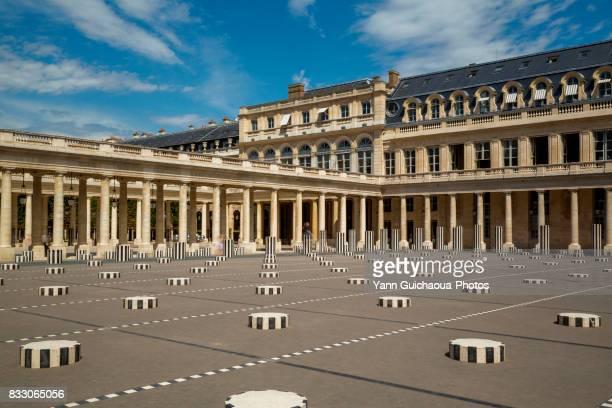 the colonnes de buren, inner courtyard, palais royal, paris, france - colonnes de buren photos et images de collection