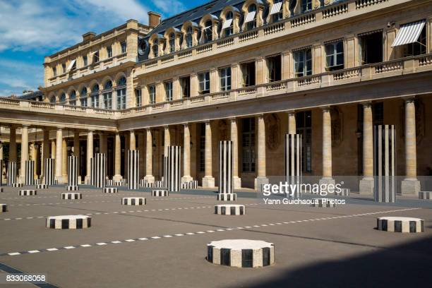the colonnes de buren, inner courtyard, palais royal, paris, france - daniel buren - fotografias e filmes do acervo