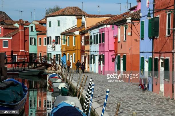 the colorful houses on the island of burano, venetian lagoon, italy - frans sellies stockfoto's en -beelden