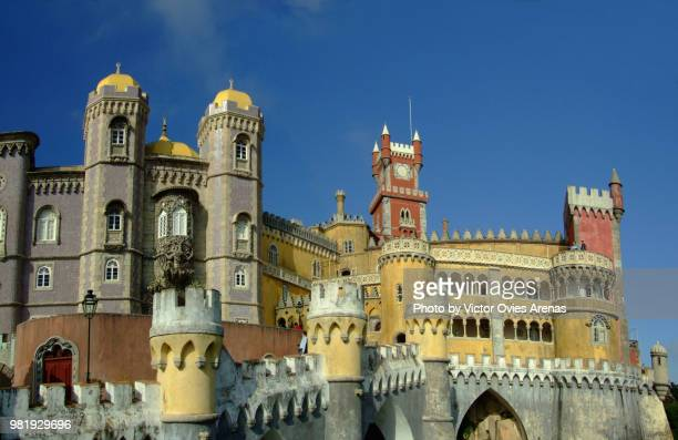 the colourful turrets and watchtowers of palace of pena, fairy-tale disneyland style 19th century castle in sintra, portugal - victor ovies fotografías e imágenes de stock
