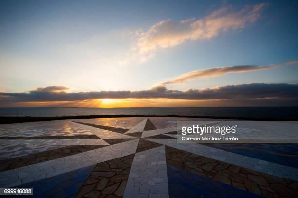 the compass rose and the sunset. - 円形方位図 ストックフォトと画像