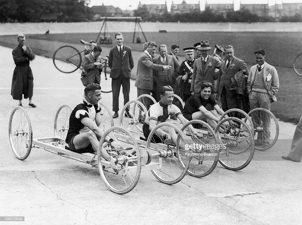 Cycles Competition At The Herne Hill Velodrome In London In 1930 : News Photo