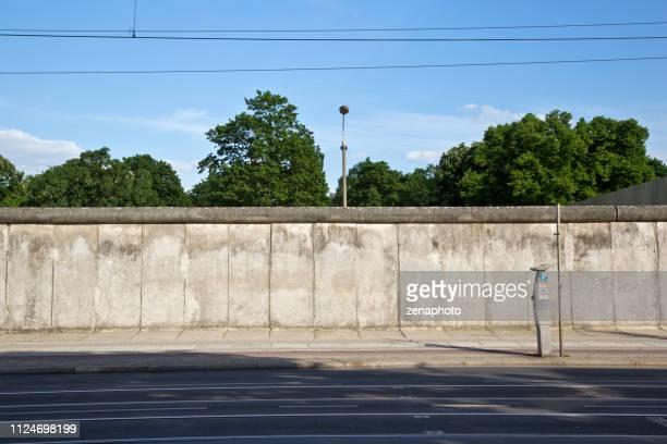 die konkreten berliner mauer an der bernauer straße - berliner mauer stock-fotos und bilder