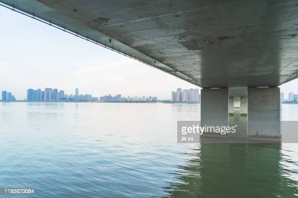 the concrete pier of the third qiantang river bridge in hangzhou. - flussufer stock-fotos und bilder