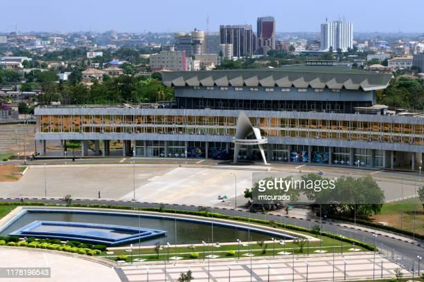 el palacio de congresos en la plaza de la independencia, lomé, togo - torres bancarias en el fondo (boad, bidc, btci) - togo fotografías e imágenes de stock