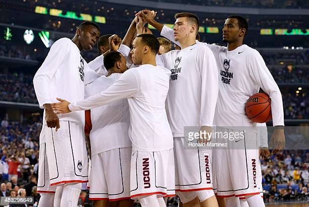 The Connecticut Huskies huddle before the start of the second half against the Kentucky Wildcats during the NCAA Men's Final Four Championship at ATT...