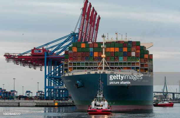 The container ship MOL Triumph accompanied by tug boats docks at the Burchardkai Terminal in Hamburg Germany 15 May 2017 At 400 metres long the MOL...
