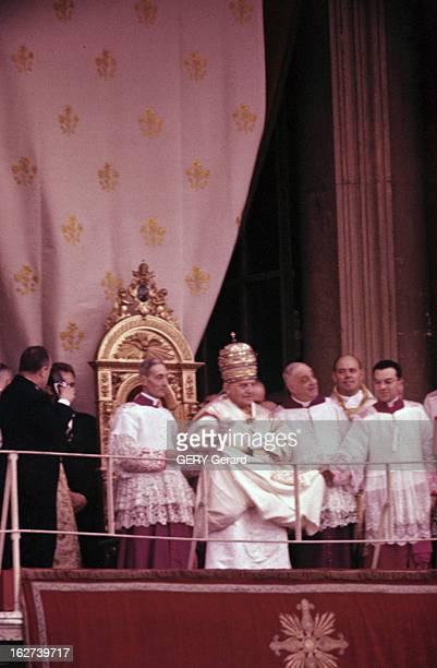 The Coronation Of Pope John Xxiii Rome 5 novembre 1958 Lors de son couronnement vue du balcon où le pape JEAN XXIII portant la couronne et assis sur...