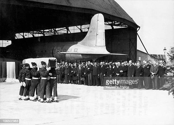 The Corpse Of The Swedish Count Folke Bernadotte Hold By The Soldiers On Orly Area In The Presence Of Some Officials On September 21 1948 We Can See...