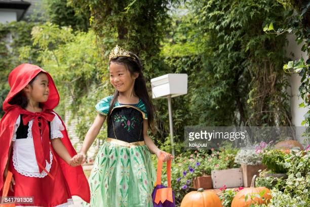 にとって女の子は手をつないで、笑顔で歩きます。