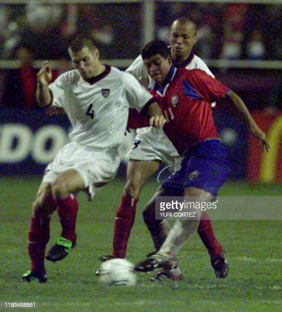 The Costa Rican soccer player Ronald Gomez fights for the ball against Gregory Vanney of the United States team 5 September 2001 El seleccionado...
