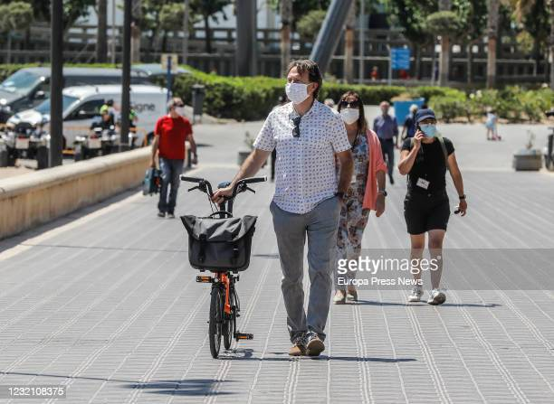 The councilman of Sustainable Mobility president of the EMT and alderman of the beaches of Valencia Giuseppe Grezzi visits the urban beaches of...