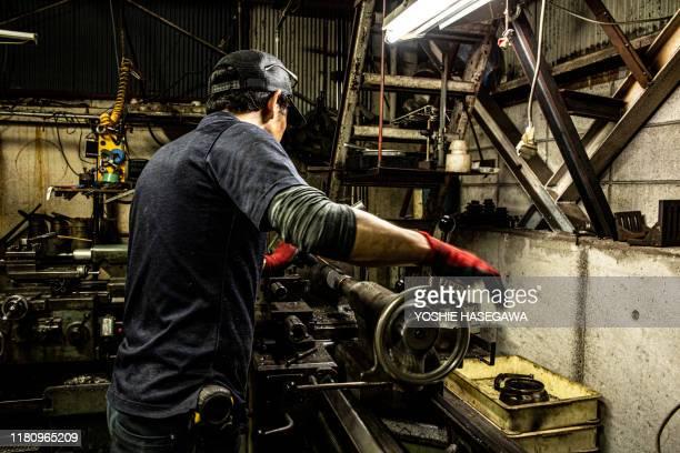 日本の鉄工所で働く職人は美しい。 - 職人 ストックフォトと画像