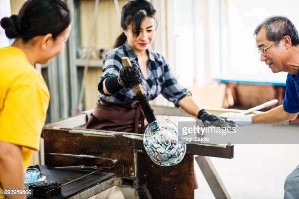 ガラス工房で働く職人 - 美術工芸 ストックフォトと画像