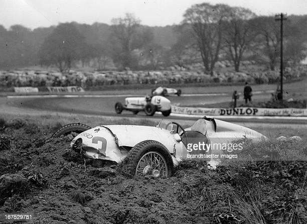 The crashed AutoUnion race car of Christian Katz at the Donnington Grand Prix England October 22th 1938 Photograph Der verunfallte AutoUnion...