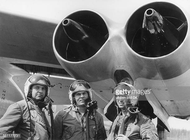 The crew of a Boeing 47 Stratojet Vintage property of ullstein bild