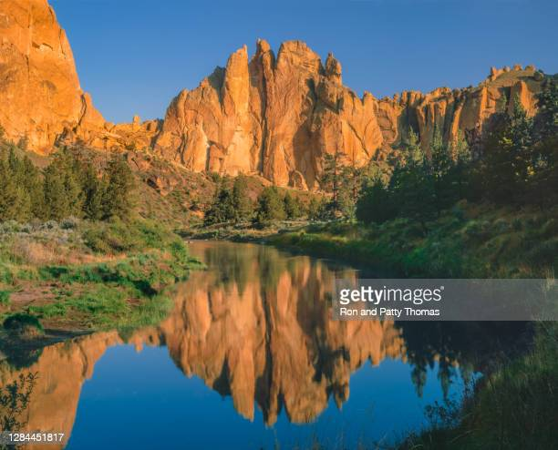 the crooked river gorge and eroded cliffs of smith rock - smith rock state park stock pictures, royalty-free photos & images