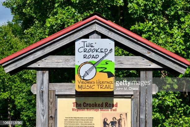 曲がった道、ヴァージニアの遺産音楽歩道の標識 - 南西 ストックフォトと画像