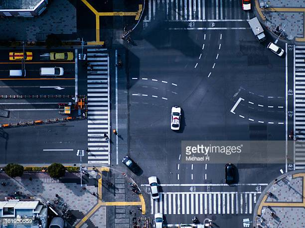 the crossing way  in tokyo japan - overhead view of traffic on city street tokyo japan stock photos and pictures