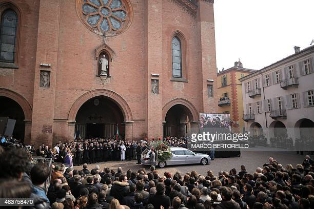 The crowd applauds the coffin of Michele Ferrero during his funeral on February 18 2015 in Alba northern Italy Billionaire Michele Ferrero who became...