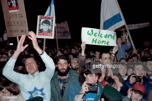 The crowd came to cheer Soviet jewish dissident Natan Sharansky as he returns back in Israel on February 11, 1986. - Soviet jewish dissident Natan...