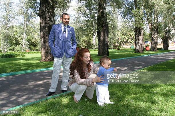 The Crown Prince Of Morocco Celebrates His First Birthday Le roi MOHAMMED VI regardant son épouse la princesse LALLA SALMA accroupie auprès de leur...