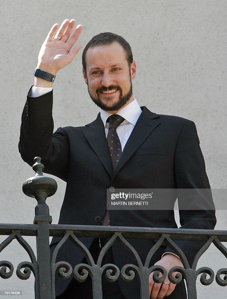 The Crown Prince of Norway Haakon Magnus waves from a balcony at La Moneda presidential palace in Santiago 23 January, 2008. Prince Haakon and Princess Mette-Marit are in Chile for a three-day official visit.