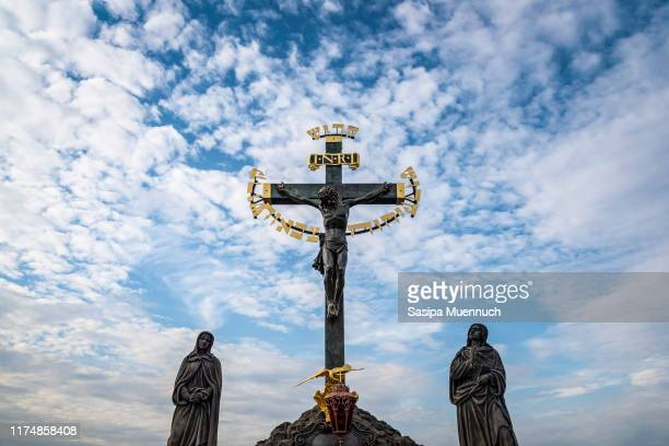 the crucifix and calvary on charles bridge and the lesser town bridge tower, prague - images of jesus on the cross at calvary stock pictures, royalty-free photos & images