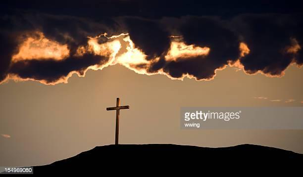 o céu escuro e crucifixo - cruz de cristo imagens e fotografias de stock