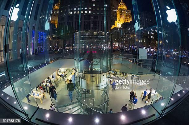 """the cube"" apple store on 5th avenue. - apple computers stock pictures, royalty-free photos & images"