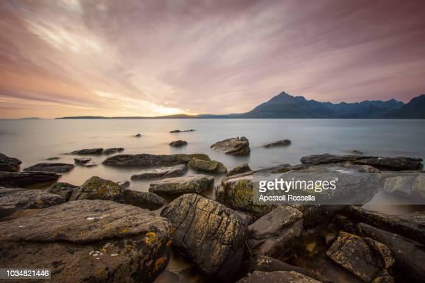 the cuillins from elgol, isle of skye - islas de gran bretaña fotografías e imágenes de stock