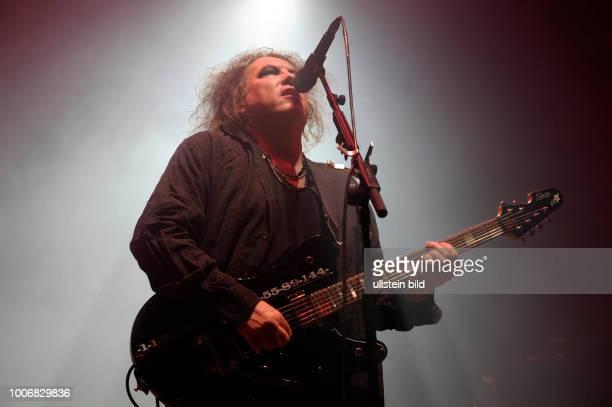 The Cure die britische Pop/Rock/Wave/GothicBand um Saenger Robert Smith bei einem Konzert in Hamburg Barclaycard Arena Photo by Jazz Archiv...