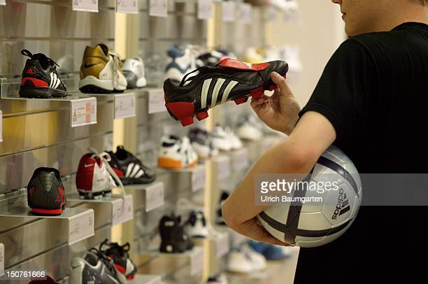 The current absolute hits of the company adidas the football shoe Predator Pulse and the football Roteiro in connection with the football European...