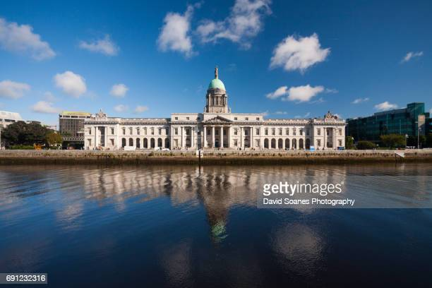 the custom house in dublin, ireland - dublin stock pictures, royalty-free photos & images