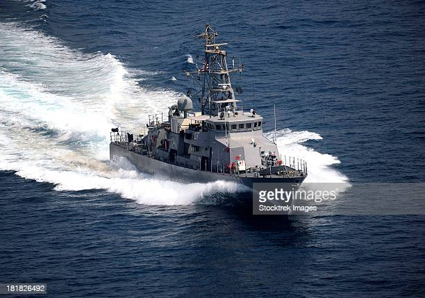 the cyclone-class coastal patrol ship uss firebolt transits the arabian gulf. - persian gulf stock-fotos und bilder