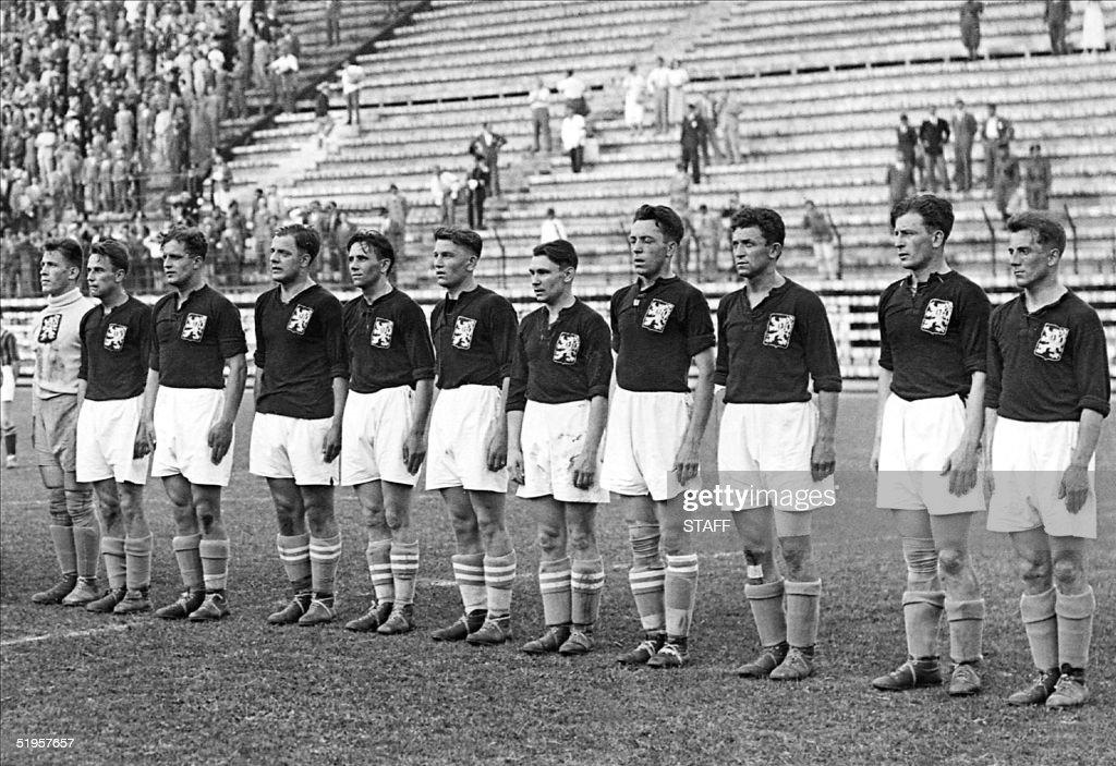 The Czechoslovakian national soccer team lines up, : News Photo