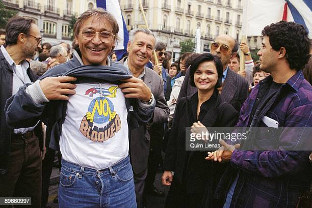 The dancer Antonio Gades in a support demonstration to Cuba Showing a Tshirt against the blockade to Cuba