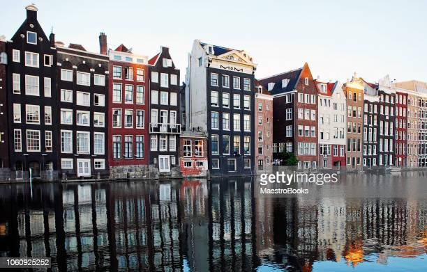 """de huizen van dansen van het """"natte-damrak"""" van amsterdam - traditie stockfoto's en -beelden"""