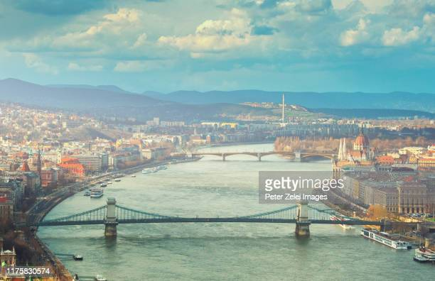 the danube river and the chain bridge in budapest, hungary - sede do parlamento húngaro - fotografias e filmes do acervo