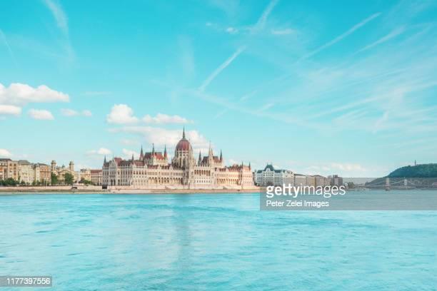 the danube river and the parliament of hungary in budapest - sede do parlamento húngaro - fotografias e filmes do acervo